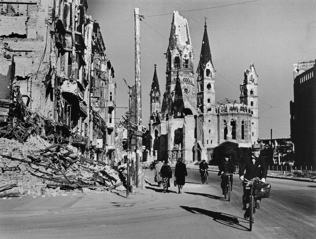 Ljudje na ulici, obdani s porušenimi stavbami, Berlin, avgust 1945 © Robert Capa International Center of Photography Magnum Photos